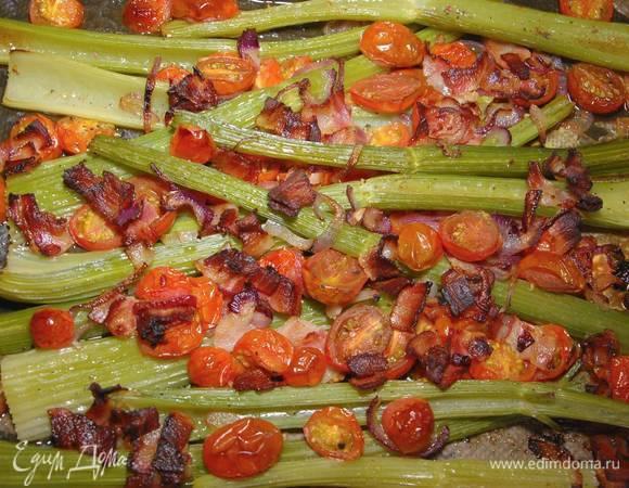 Сельдерей, запеченный с помидорами и беконом