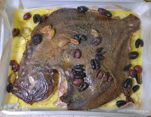 Камбала с картофелем, оливками и тимьяном