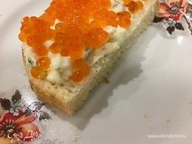 Новогодние бутерброды со сливочным соусом и икрой