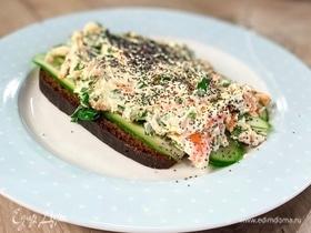 Бутерброд с огурцом и салатом из моркови