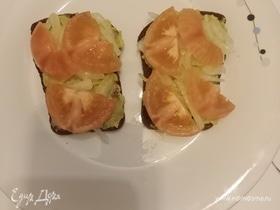 Бутерброд с пастой из авокадо и помидором