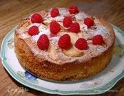 Ореховый пирог с яблоками и малиной