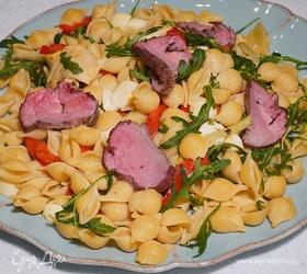 Теплый салат с макаронами, моцареллой и ростбифом