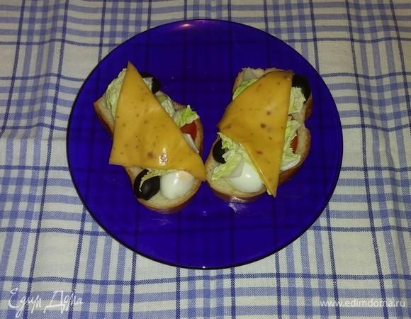 Горячие бутерброды с перепелиными яйцами и овощами