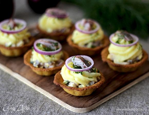 Нутовые тарталетки с салатом из сельди