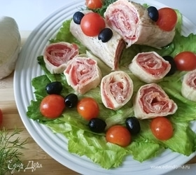 Рулет из моцареллы с прошутто и томатами