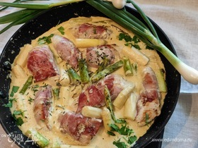 Рулетики из курицы со спаржей под сливочным соусом