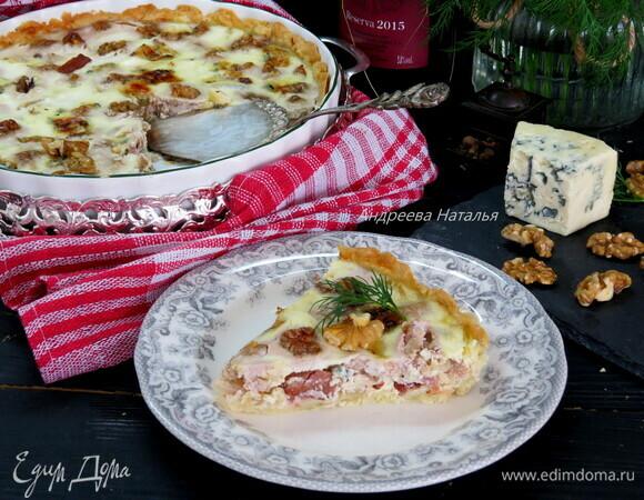Пирог с луком, ветчиной и голубым сыром