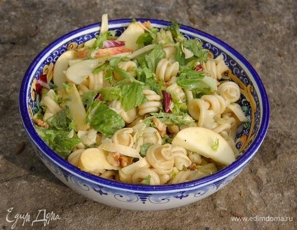 Салат из макарон с яблоками, грецкими орехами и сыром
