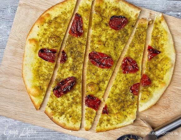 Тонкая фокачча с соусом песто и вялеными томатами