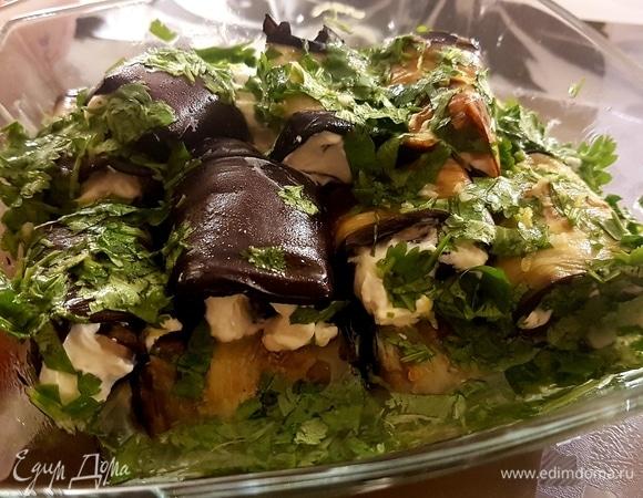 Баклажаны с творожным кремом и соусом из кинзы