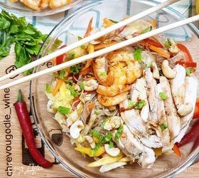 Тайский салат с фунчозой, курицей и манго