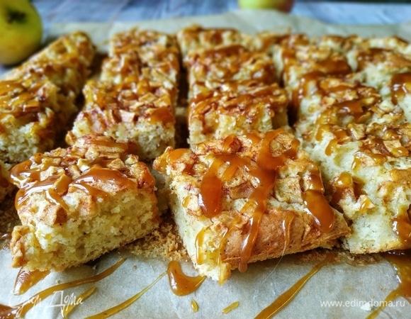 Пирог с яблоками, корицей и карамельным соусом