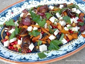 Салат из нута с изюмом, гранатом и запеченными овощами