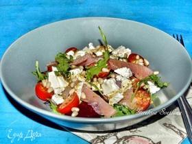 Салат со слабосоленой форелью, свеклой и сербской брынзой