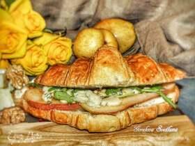 Круассан-сэндвич с голубым сыром и карамелизированной грушей