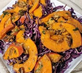 Запеченная тыква на салате из красной капусты