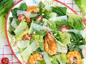 Салат с креветками и пармезаном