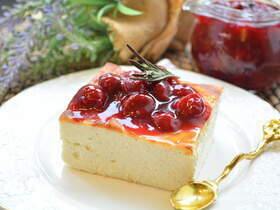 Творожная запеканка с вишневым соусом