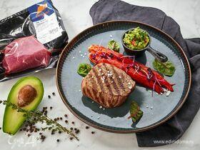 Говяжий стейк с соусом гуакамоле и запеченными перцами
