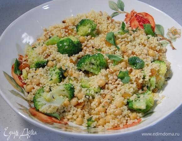 Салат из нута, кускуса и брокколи