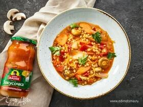 Перловка с грибами и перцем в пряном томатном соусе