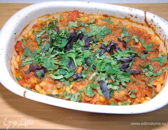 Фасоль по-деревенски с помидорами и беконом