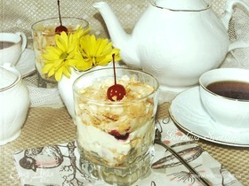 Ленивый «Наполеон» с вишней в стакане
