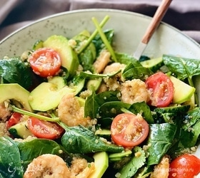 Овощной салат с креветками и киноа