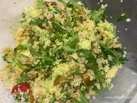 Салат с кускусом, грушей и авокадо