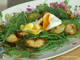 Салат с яйцом пашот и чесночными крутонами