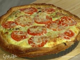 Слоеный луковый тарт с сыром и помидорами