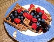 Шоколадно-кофейные вафли с джемом и свежими ягодами