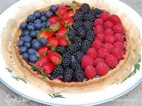 Песочный пирог с джемом и свежими ягодами