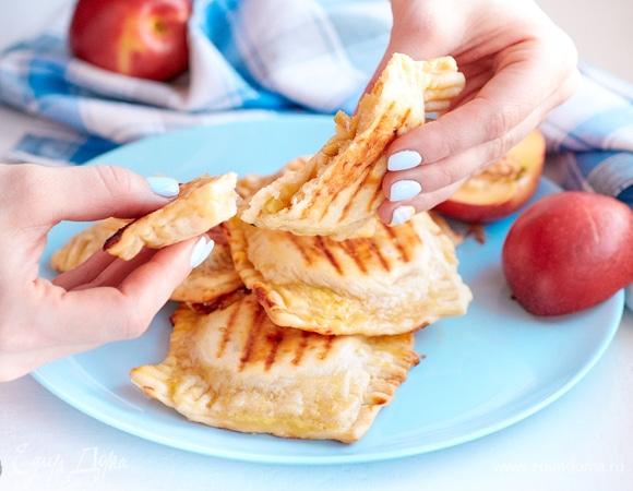 Мини-пирожки с яблоком и марципаном