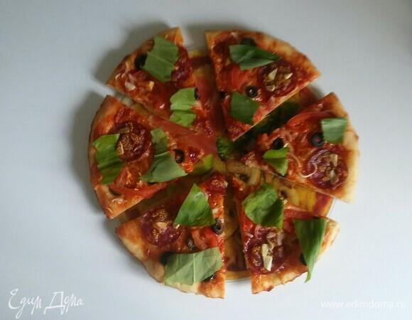 Пицца с колбасой, горчицей и овощами