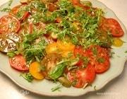 Салат из помидоров с каперсами, тархуном и руколой