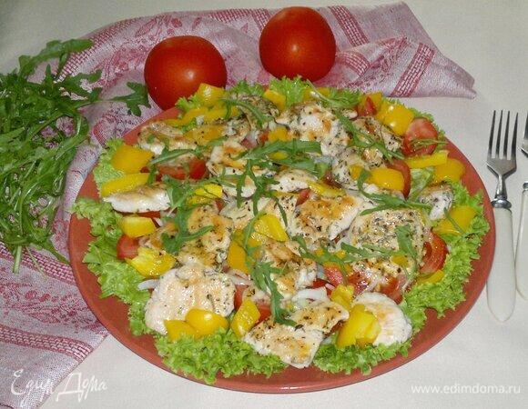 Теплый овощной салат с курицей гриль