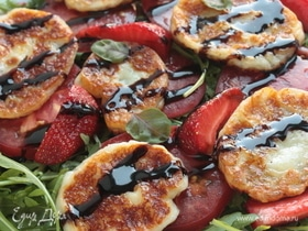 Салат с клубникой, томатами и халуми