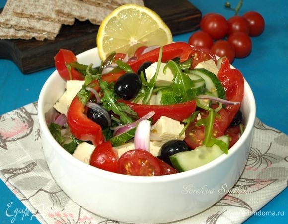 Греческий салат с тофу и руколой