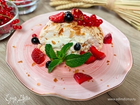 Меренговый рулет с ягодами