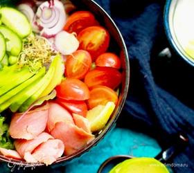 Средиземноморский боул с лососем и авокадо