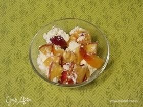 Салат с нектаринами, творогом и медом