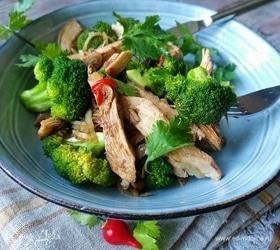 Теплый салат с брокколи