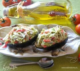 Салат с крабовыми палочками в лодочках из авокадо