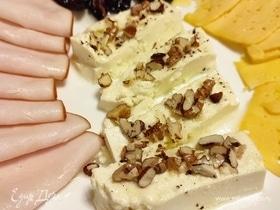 Запеченная фета с медом и орешками